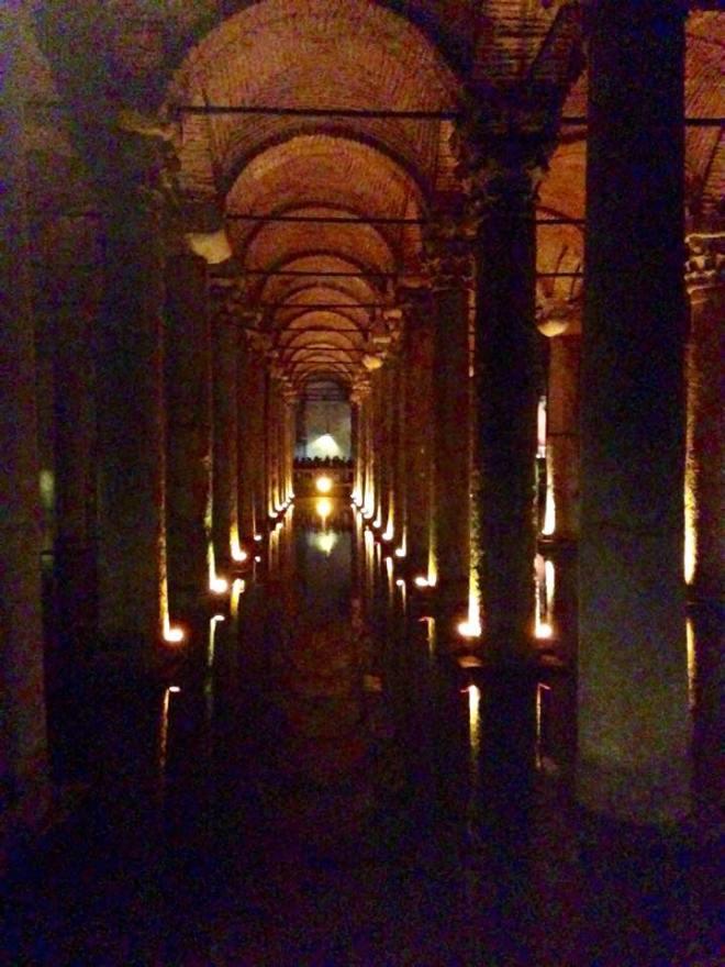 336 Säulen ....Versunkenes  Schloss ...Zisterne für die Wasser versorgung